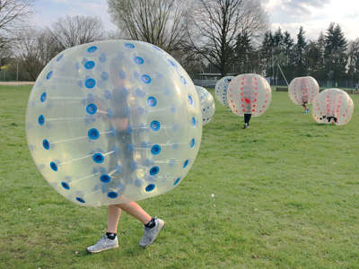 Bubble Soccer im Freibad